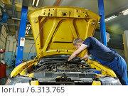 Купить «auto mechanic repairman at work», фото № 6313765, снято 19 августа 2014 г. (c) Дмитрий Калиновский / Фотобанк Лори