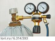 Купить «welding acetylene gas cylinder tank with gauge», фото № 6314593, снято 8 апреля 2014 г. (c) Дмитрий Калиновский / Фотобанк Лори
