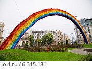 Купить «Controversial rainbow on Savior Square in Warsaw», фото № 6315181, снято 26 июня 2019 г. (c) BE&W Photo / Фотобанк Лори