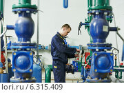 Купить «heating engineer repairman in boiler room», фото № 6315409, снято 23 апреля 2014 г. (c) Дмитрий Калиновский / Фотобанк Лори