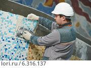 Купить «tilers at industrial floor tiling renovation», фото № 6316137, снято 25 февраля 2014 г. (c) Дмитрий Калиновский / Фотобанк Лори