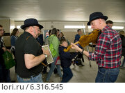 London, United Kingdom, two folk musicians in access to metro station Leicester Square (2012 год). Редакционное фото, агентство Caro Photoagency / Фотобанк Лори