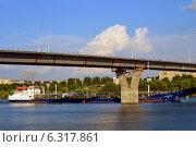 Теплоход под Балаковским мостом (2014 год). Редакционное фото, фотограф Виктор Архипов / Фотобанк Лори