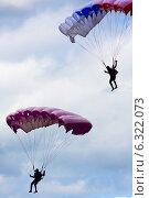 Купить «Силуэты парашютистов в небе», фото № 6322073, снято 29 июня 2014 г. (c) Павел Родимов / Фотобанк Лори