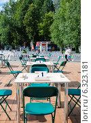 Столы и стулья в парке Горького (2014 год). Редакционное фото, фотограф Елена Корепанова / Фотобанк Лори