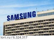 """Реклама Samsung на крыше гостиницы """"Санкт-Петербург"""" (2014 год). Редакционное фото, фотограф Александр Щепин / Фотобанк Лори"""
