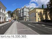 Купить «Старинные дома Пятницкой улицы летом, Москва», эксклюзивное фото № 6330365, снято 23 августа 2014 г. (c) Алексей Гусев / Фотобанк Лори