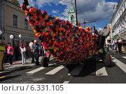"""Купить «Красивый """"Цветочный корабль"""" уличного театра """"Огненные люди"""" двигается по Пятницкой улице», эксклюзивное фото № 6331105, снято 23 августа 2014 г. (c) lana1501 / Фотобанк Лори"""