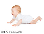 Купить «crawling curious baby looking up», фото № 6332305, снято 22 мая 2014 г. (c) Syda Productions / Фотобанк Лори