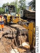 Купить «Проведение земляных работ для ликвидации утечки из водопроводных труб», фото № 6332397, снято 6 июня 2014 г. (c) Andrey Michurin / Фотобанк Лори
