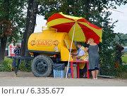 Купить «Квас из желтой бочки», эксклюзивное фото № 6335677, снято 6 августа 2014 г. (c) Александр Замараев / Фотобанк Лори