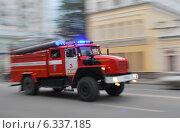 Пожарная машина спешит на вызов. Стоковое фото, фотограф Евгений Кузнецов / Фотобанк Лори
