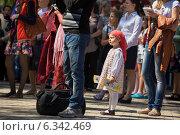 Маленькая девочка стоит в окружении людей. Стоковое фото, фотограф Ясевич Светлана / Фотобанк Лори