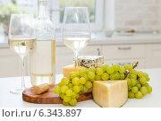 Купить «Натюрморт с различными сортами сыра, виноградом и белым вином», фото № 6343897, снято 23 мая 2019 г. (c) Дарья Петренко / Фотобанк Лори