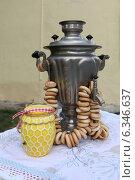 Самовар с баранками и банкой меда на столе. Стоковое фото, фотограф Алексей Гусев / Фотобанк Лори
