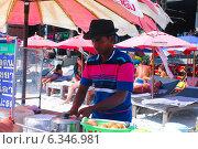 Торговец на пляже Таиланда (2014 год). Редакционное фото, фотограф Павлова Дарья / Фотобанк Лори