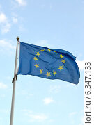 Флаг Европейского Союза развевается на фоне голубого неба (2014 год). Стоковое фото, фотограф Ирина Борсученко / Фотобанк Лори