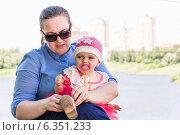 Бизнес-леди перед выбором: семья или бизнес? Женщина с ребенком на руках. Стоковое фото, фотограф Сергей Гойшик / Фотобанк Лори
