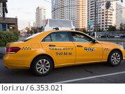 Купить «Желтое такси с шашечками на улице города», фото № 6353021, снято 2 сентября 2014 г. (c) Victoria Demidova / Фотобанк Лори