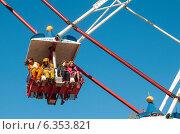 Купить «Отдыхающие в кабинке на колесе обозрения на ВДНХ (ВВЦ) в Москве», эксклюзивное фото № 6353821, снято 2 мая 2013 г. (c) Константин Косов / Фотобанк Лори