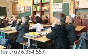 Купить «Дети на своем самом первом уроке в школе. 1 Сентября», видеоролик № 6354557, снято 1 сентября 2014 г. (c) Кекяляйнен Андрей / Фотобанк Лори