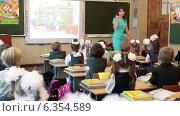 Купить «Учительница в классе объясняет первоклассникам правила поведения на уроке. 1 Сентября», видеоролик № 6354589, снято 1 сентября 2014 г. (c) Кекяляйнен Андрей / Фотобанк Лори