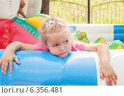 Купить «Уставший, наигравшийся ребенок на аттракционах в парке», фото № 6356481, снято 4 августа 2013 г. (c) Елена Вяселева / Фотобанк Лори