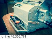 Купить «Старинная счетная машина», фото № 6356781, снято 21 декабря 2012 г. (c) Елена Вяселева / Фотобанк Лори