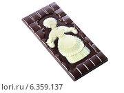 Купить «Плитка темного шоколада на белом фоне», фото № 6359137, снято 27 августа 2014 г. (c) Гурьянов Андрей / Фотобанк Лори