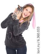 Купить «Портрет девушки с шиншиллой», фото № 6360033, снято 9 декабря 2013 г. (c) Сергей Сухоруков / Фотобанк Лори