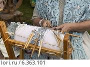Купить «Плетение кружев», фото № 6363101, снято 16 августа 2014 г. (c) NataMint / Фотобанк Лори