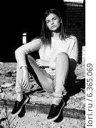 Портрет длинноволосой девушки в джинсах. Стоковое фото, фотограф Инна Яровская / Фотобанк Лори