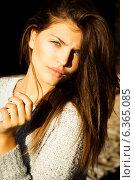 Портрет длинноволосой молодой шатенки. Стоковое фото, фотограф Инна Яровская / Фотобанк Лори
