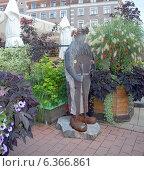 Купить «Оригинальная скульптура из камня и металла на улице старого города. Рига», эксклюзивное фото № 6366861, снято 29 августа 2014 г. (c) Svet / Фотобанк Лори