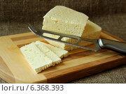 Купить «Домашняя брынза, нарезанная на доске и нож», фото № 6368393, снято 3 сентября 2014 г. (c) Шуба Виктория / Фотобанк Лори