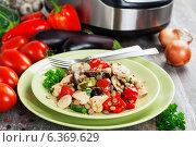 Купить «Овощи, тушенные с куриным филе и зеленой чечевицей, приготовленные в  мультиварке», фото № 6369629, снято 7 сентября 2014 г. (c) Надежда Мишкова / Фотобанк Лори