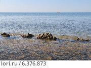 Купить «Прибрежная полоса. Пласт породы, виднеющийся из воды. Море до горизонта. Катер вдалеке.», фото № 6376873, снято 23 августа 2014 г. (c) Емельянов Валерий / Фотобанк Лори
