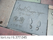 Los Angeles, USA, hand and shoe prints by Arnie front of the Grauman, AEOS Chinese Theatre (2010 год). Редакционное фото, агентство Caro Photoagency / Фотобанк Лори