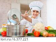 Купить «l cook in toque works with ladle», фото № 6377221, снято 2 февраля 2013 г. (c) Яков Филимонов / Фотобанк Лори