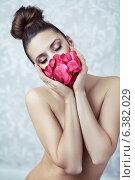 Купить «Naked lady with rose», фото № 6382029, снято 26 мая 2020 г. (c) Ingram Publishing / Фотобанк Лори