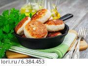 Купить «Котлеты из куриного филе в чугунной сковороде на деревянном столе», фото № 6384453, снято 9 сентября 2014 г. (c) Надежда Мишкова / Фотобанк Лори