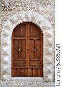 Массивная средневековая входная дверь в церковь, Италия. Стоковое фото, фотограф Bohumil Prazsky / Фотобанк Лори