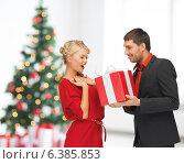 Купить «smiling man and woman with present», фото № 6385853, снято 7 октября 2012 г. (c) Syda Productions / Фотобанк Лори