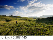 Велосипедист в горных лугах. Стоковое фото, фотограф Максим Кожушко / Фотобанк Лори
