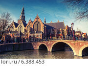 Купить «Амстердам, Нидерланды. Старая церковь на берегу канала», фото № 6388453, снято 19 марта 2014 г. (c) EugeneSergeev / Фотобанк Лори