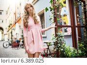 Купить «Tall and pretty young female model walking in old town», фото № 6389025, снято 18 февраля 2019 г. (c) Ingram Publishing / Фотобанк Лори