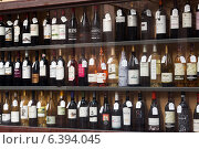 Купить «Showcase of alcohol store in Logrono. Spain», фото № 6394045, снято 28 июня 2014 г. (c) Яков Филимонов / Фотобанк Лори