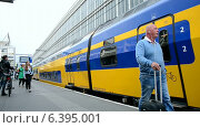 Купить «Поезд прибывает на станцию в Голландии», видеоролик № 6395001, снято 11 сентября 2014 г. (c) FMRU / Фотобанк Лори