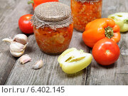 Купить «Консервированные овощи в банке на деревянном столе», фото № 6402145, снято 11 сентября 2014 г. (c) Елена Блохина / Фотобанк Лори