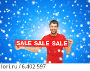 Купить «man in red t-shirt with sale sign», фото № 6402597, снято 7 октября 2012 г. (c) Syda Productions / Фотобанк Лори